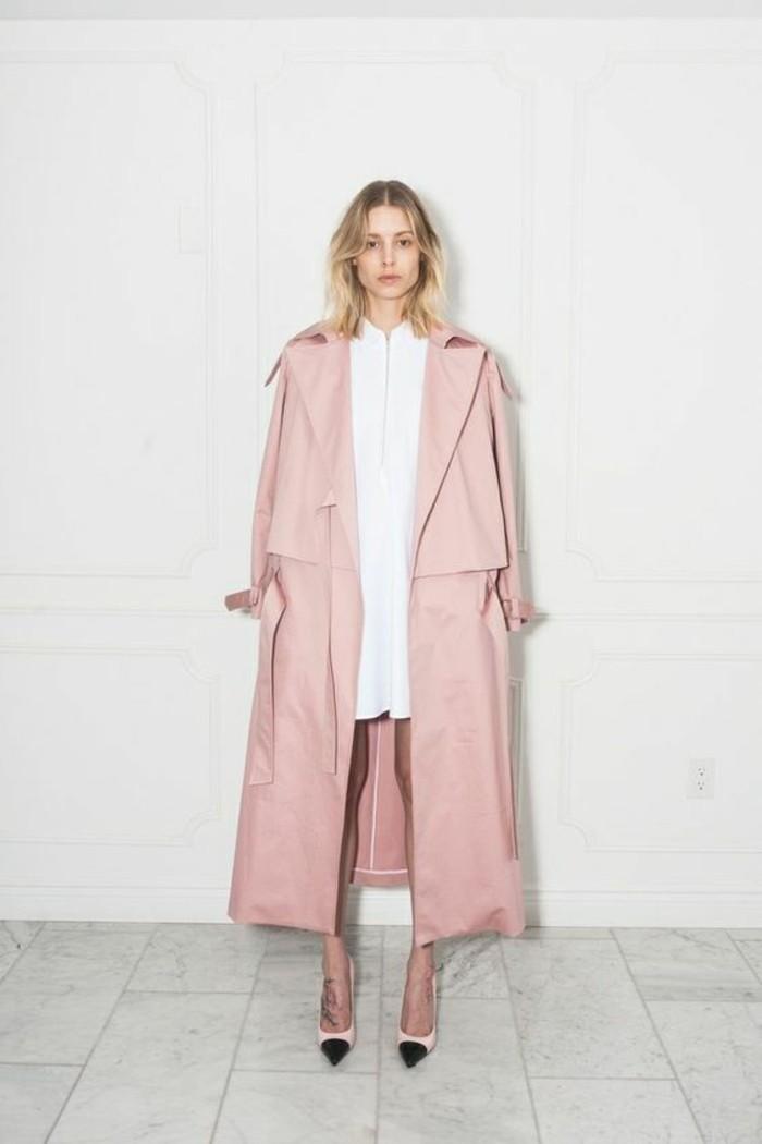 trench-femme-en-rose-pastel-sublimant-le-teint