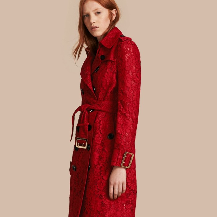trench-femme-lace-en-rouge-classe