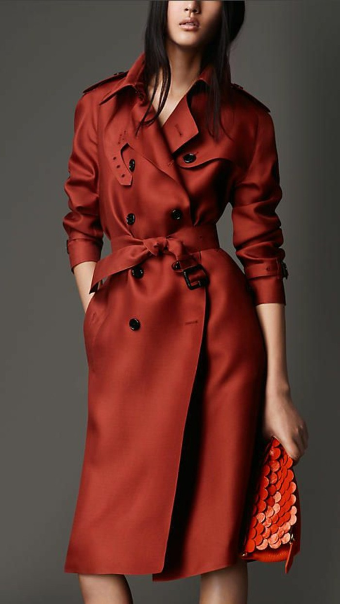 trench-femme-modèle-de-Burberry-rouge-rubis