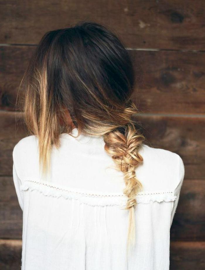 une jolie tresse effet coiffé-décoiffé, un tie and dye couleur blonde sur les longueurs