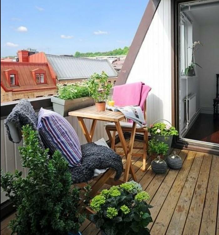 terrasse en composite, chaises en bois pliantes et table en bois pliante, plantes, vue sur la ville, modele de terrasse tropézienne