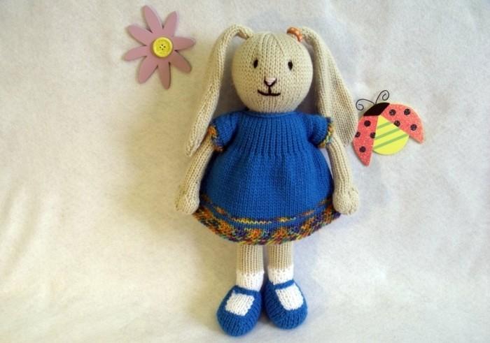 tuto-doudou-lapin-tricot-couelur-beige-vêtu-en-robe-bleue-idée-doudou-a-faire-soi-meme-enfant-bébé