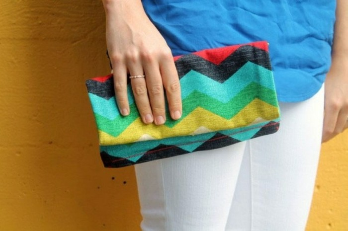 tuto-pochette-à-coudre-en-couleurs-diverses-idée-d-accessoire-femme-flashy-pour-égayer-une-tenue-uniforme