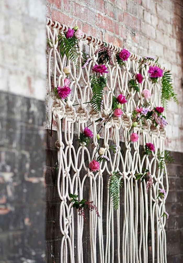 macramé technique, décoration murale avec des fleurs, mur en brique