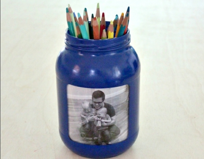un-cadeau-fête-des-pères-à-faire-soi-même-que-faire-avec-des-pots-en-verre-pot-a-crayon-avec-cadre-photo-photo-pere-fils