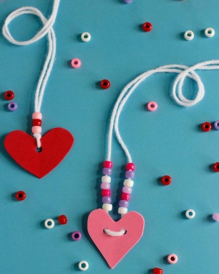 petits colliers, pendentif coeurs en papier en rouge et rose avec des perles, idée activité créative pour enfants en maternelle