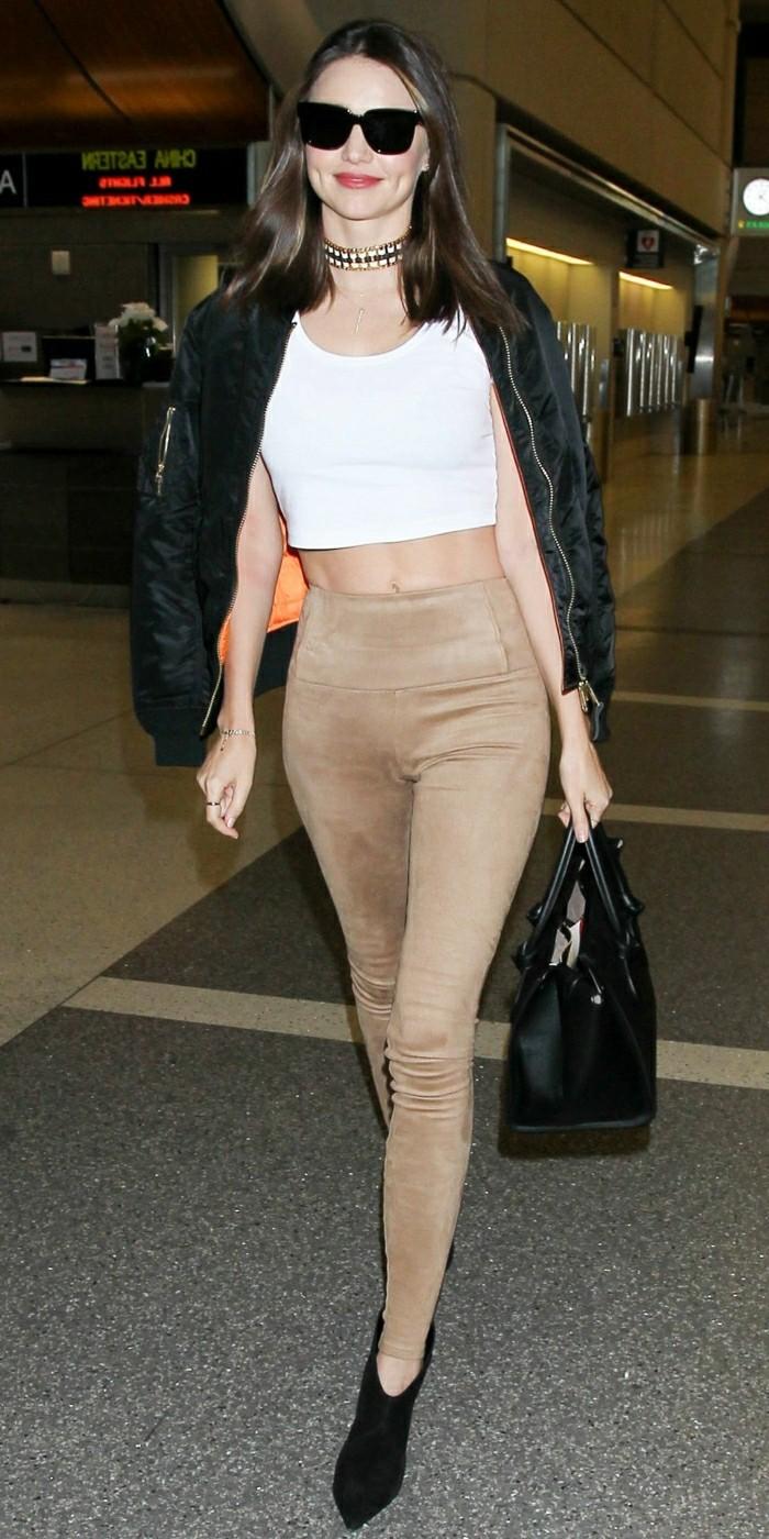 Miranda Kerr et sa tenue chic casuel accessoirisée avec le collier ras de cou cool