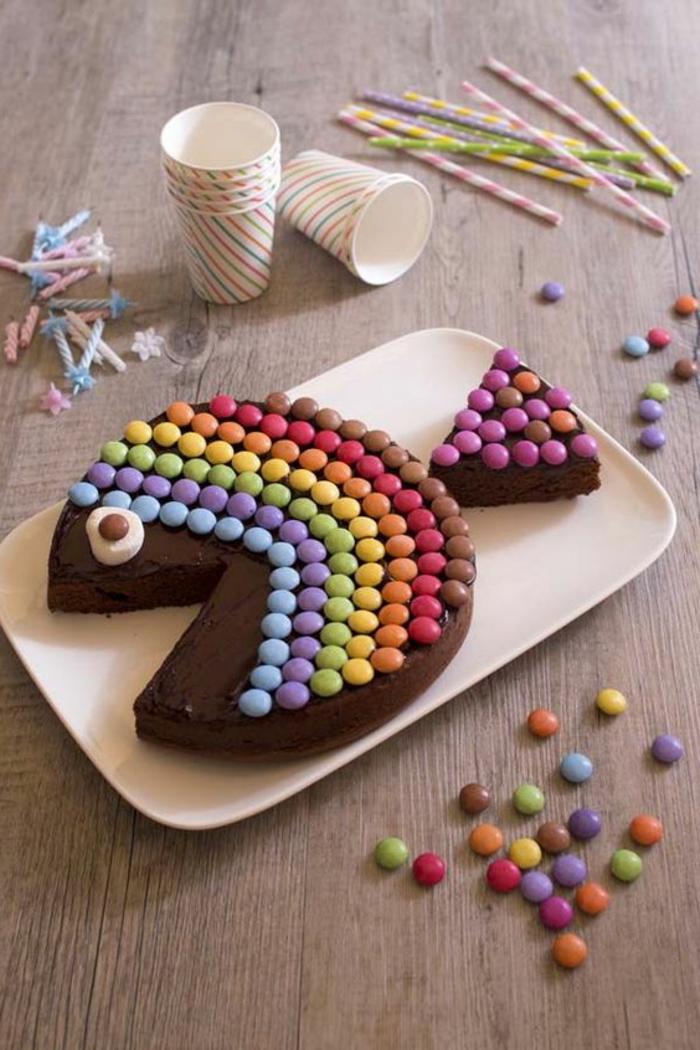 un-gateau-au-chocolat-anniversaire-superbe-delicieux-coleur-poisson-forme