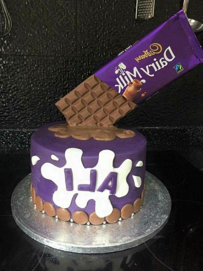 un-gateau-au-chocolat-anniversaire-superbe-delicieux-dairy-milk