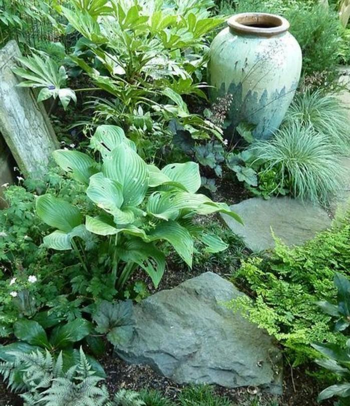 un-grand-vase-en-terre-plantes-de-rocaille-vertes-et-pierres-decoratives-idée-comment-faire-une rocaille