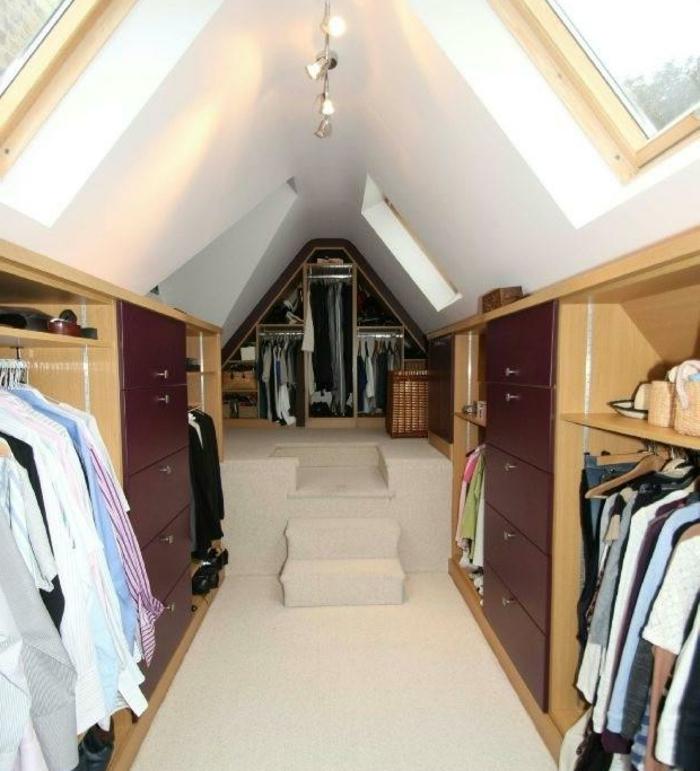 dressing sous pente, penderie, placards et tiroirs, éclairage, idée de rangement sous comble, mobilier en bois