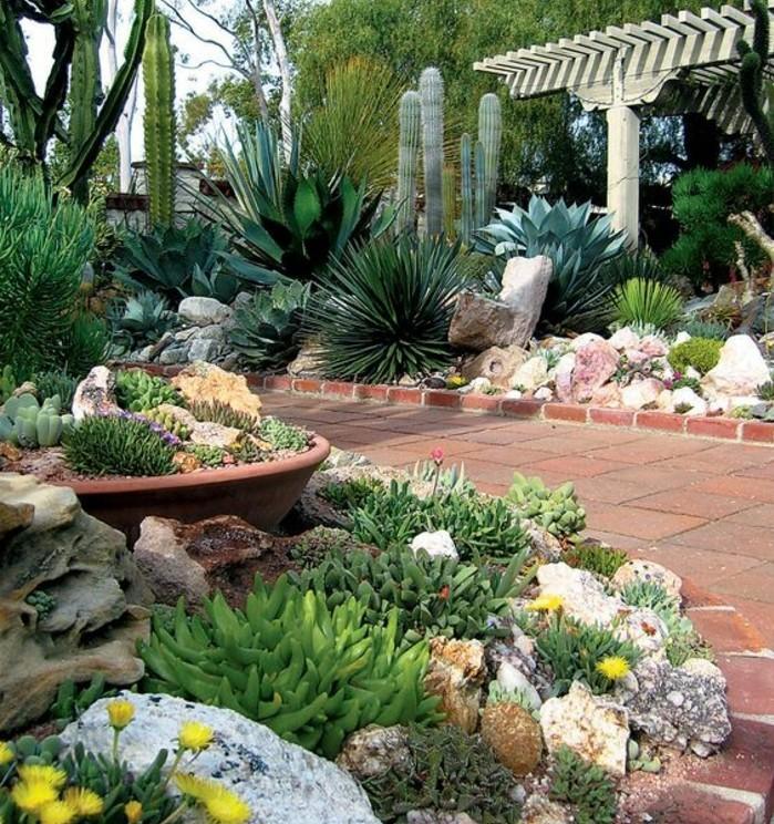 un-jardin-tropocal-a-l-exterieur-d-une-maison-moderne-idee-comment-faire-une-rocaille-allée-bordée-de-pierres-couvertes-de-vegetation
