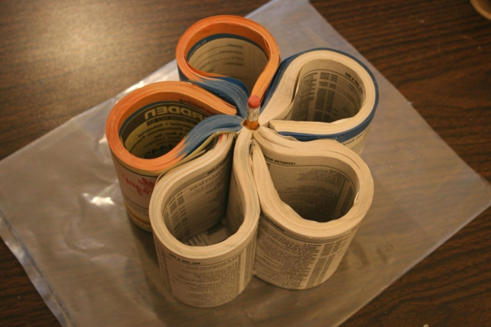 un-livre-pages-en-forme-de-fleur-comment-faire-un-pot-a-crayon-recyclage-papier-acticité-créative