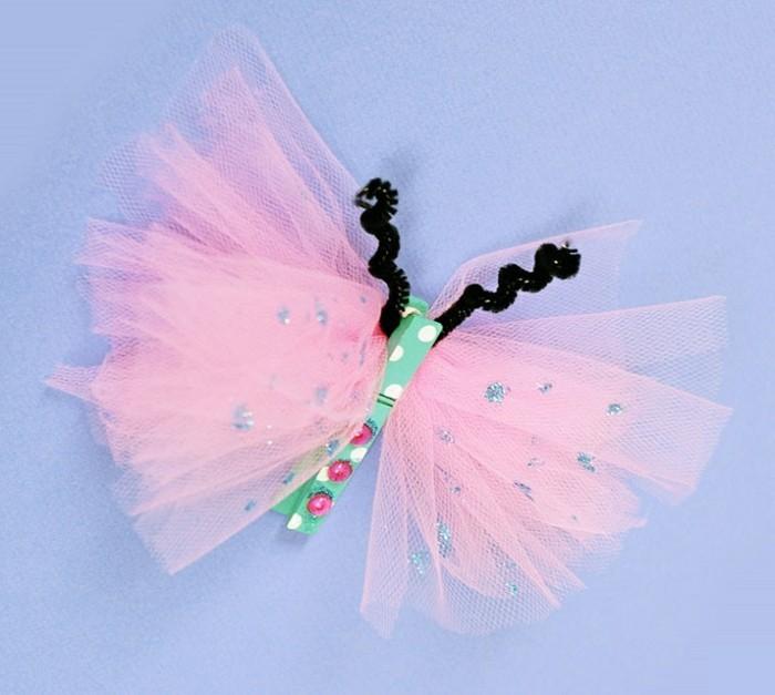 un papillon fabriqué à partir de tulle et une pince à linge multicolore, idée activité créative de printemps maternelle