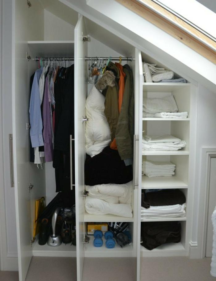 idée de meuble sous pente, portes battantes, bois, penderie et étagères de rangement, comemnt organiser ses vetements
