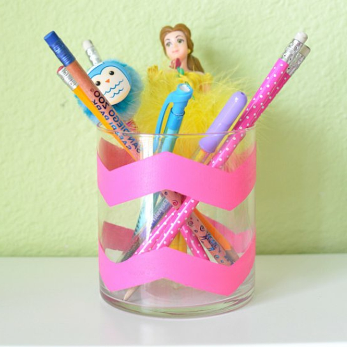 un-pot-a-crayon-amenagement-bureau-petite-fille-motif-princesse-un-simple-verre-décoré-de-bandes-de-masking-tape
