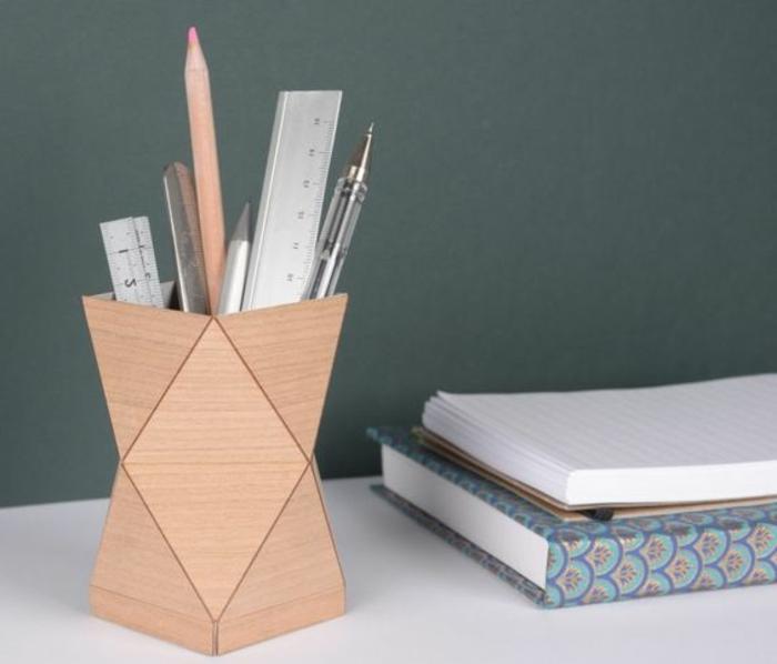 un-pot-a-crayon-forme-géométrique-idée-de-rangement-de-fourniture-de-bureau-pour-un-bureau-adulte