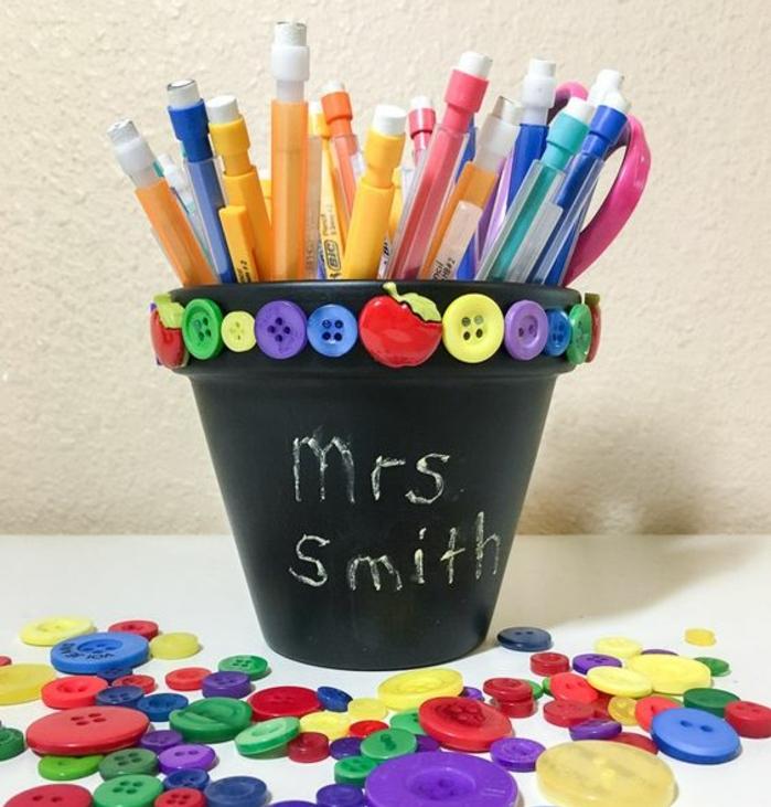 un-pot-a-fleur-customisé-en-peinture-noire-et-boutons-multicolores-idée-comment-faire-un-pot-a-crayon-soi-meme