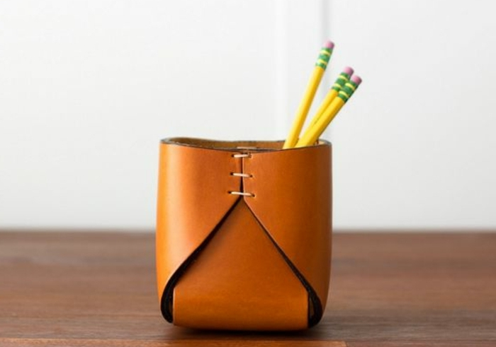 un-rangement-en-cuir-cousu-idée-comment-fabriquer-un-pot-à-crayon-simple-rangement-bureau-adulte