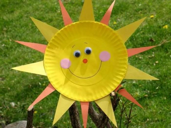 un soleil en assiette de papier avec des rayons en papier, des yeux mobiles, traits de visage, activité manuelle maternelle