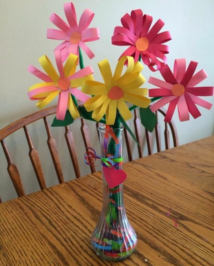 un-vase-de-fleurs-en-papier-multicolores-simples-à-faire-idée-activité-manuelle-printemps-pour-enfants-primaire-idée-de-decoration-artificielle-fleurs-maison