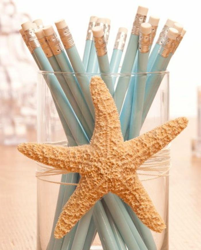 un-vase-en-verre-transformée-en-pot-a-crayon-simple-décoré-d-une-etoile-de-mer-des-crayons-couleur-bleu-clair-rangés