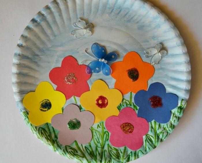assiette en papier, des fleurs multicolores, papillons, idée activité manuelle printemps facile et esthétique