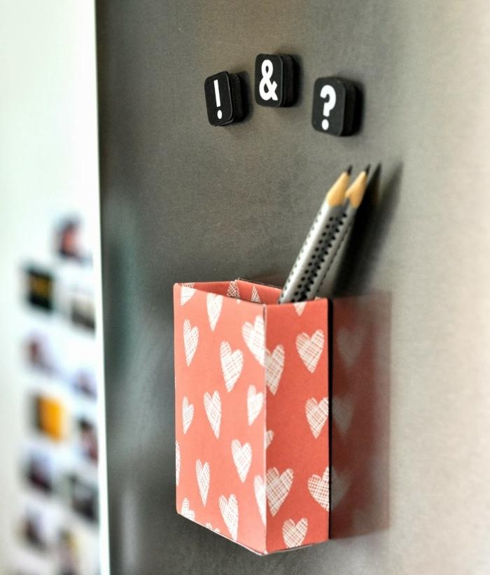 une-boite-rectangulaire-a-motifs-coeurs-avec-un-aimant-idée-comment-faire-un-pot-a-crayon-soi-meme