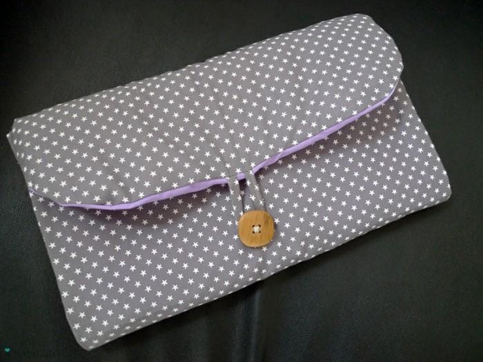 une-diy-pochette-grise-à-petites-étoiles-blanches-fermeture-avec-un-bouton-en-bois-idée-accessoire-femme-a-faire-soi-meme