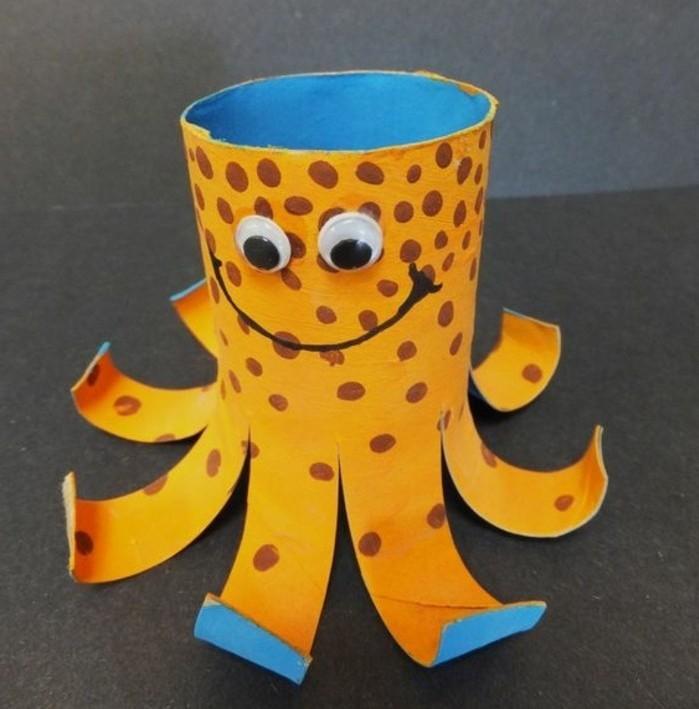 une pieuvre orange aux yeux mobiles, déco rouleau de papier toillette, activite manuelle maternelle enfant