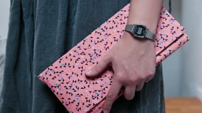une-pochette-rose-a-motifs-géométriques-petits-triangles-idée-comment-faire-une-pochette-feminine-élégante