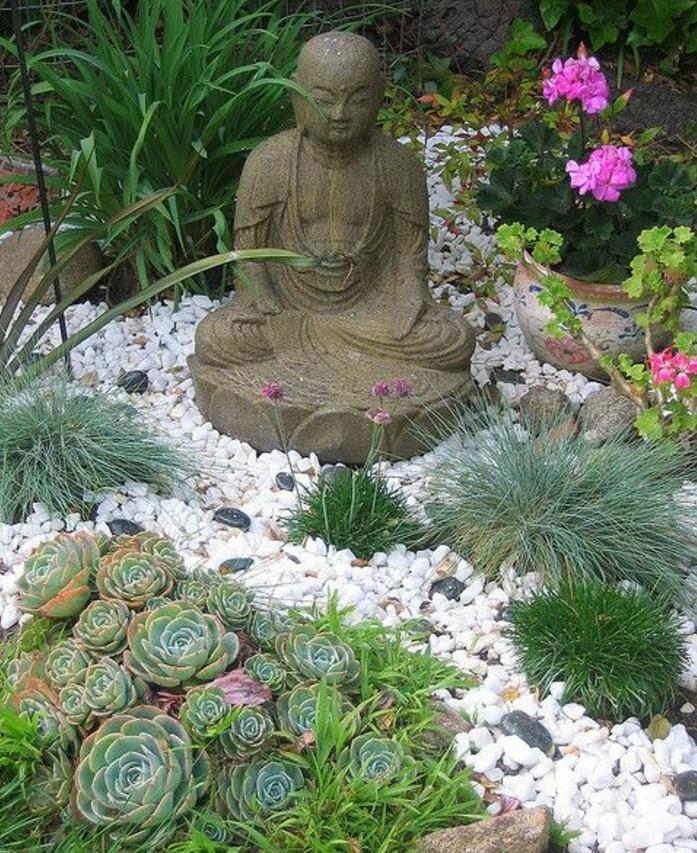 une-statue-de-bouddha-dans-un-petit-coin-vert-galets-succulents-et-fleurs-idée-amenagement-jardin