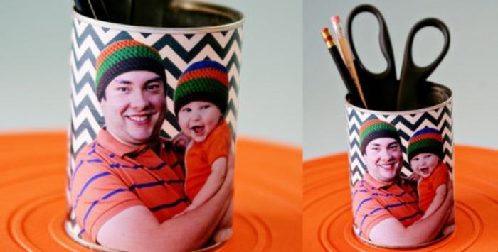 une-superbe-idée-cadeau-fête-des-pères-à-faire-soi-meme-idée-comment-faire-un-pot-a-crayon-de-boite-de-conserve-avec-une-photo-imprimée-dessus