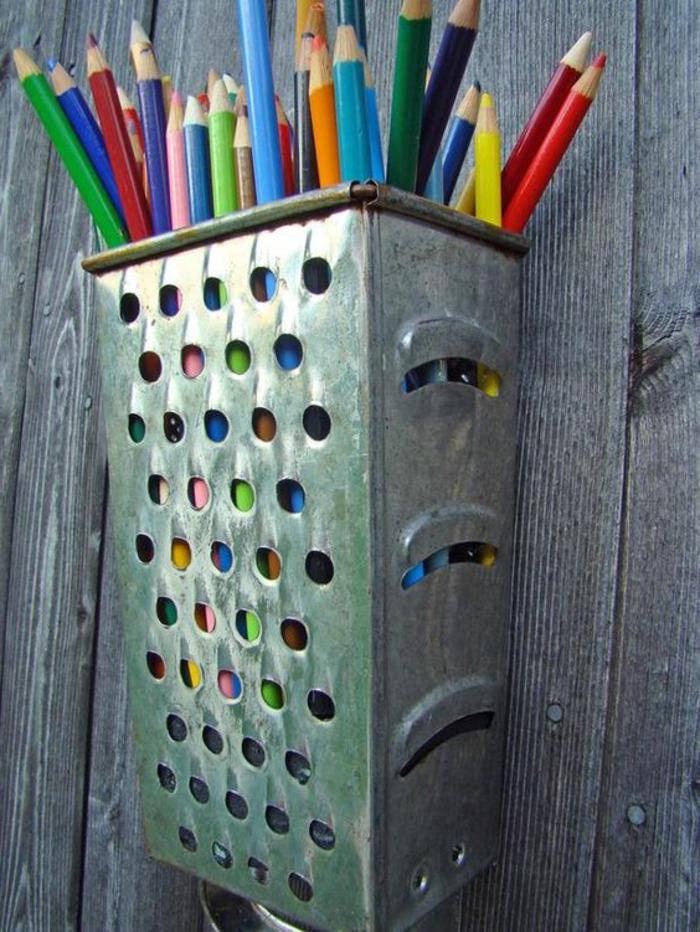 ustensile-râpe-recyclée-et-transformée-en-pot-a-crayon-idée-comment-fabriquer-un-rangement--crayons-a-partir-de-materiaux-recyclés