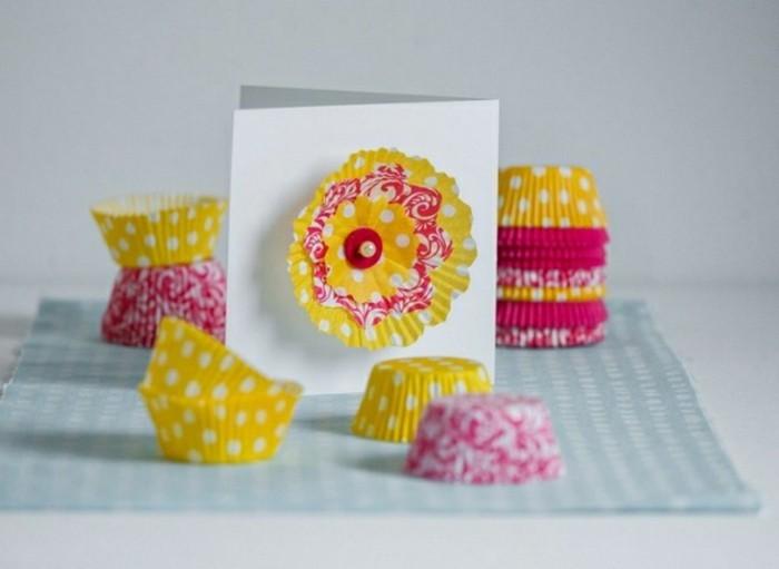 des cartes de voeux customisées et décorées avec des moules à muffins multicolores, activité manuelle matenrelle, projet bricolage enfant facile