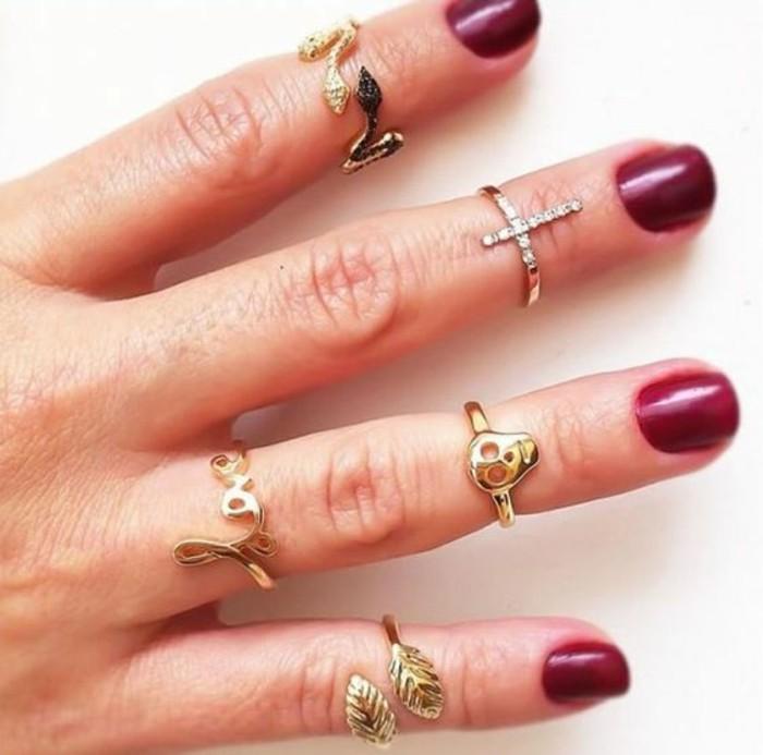 motif différent sur chaque doigt, une bague phalange sur chaque doigt