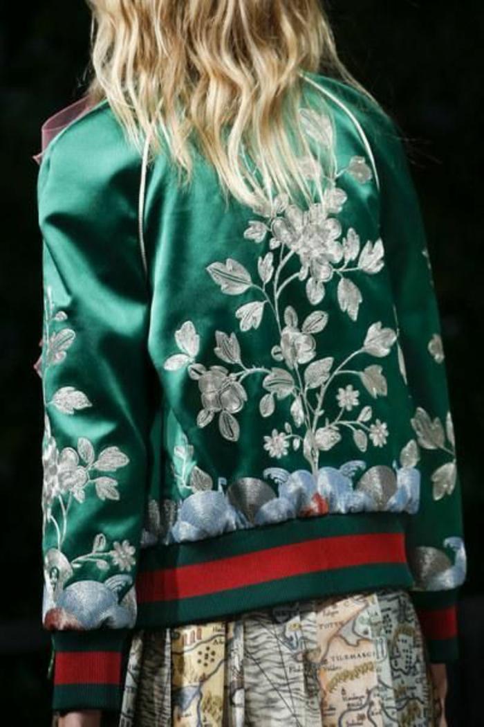 veste d été femme en vert aux broderies blanches fleuyrs