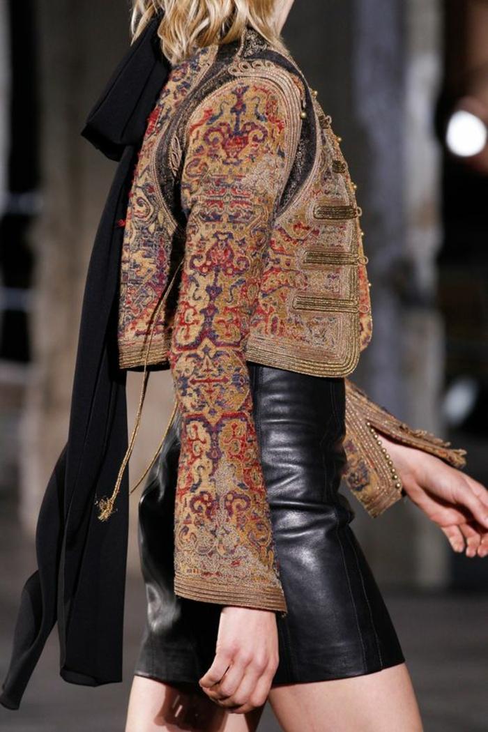 veste d ete femme de type boléro aux arabesques colorées