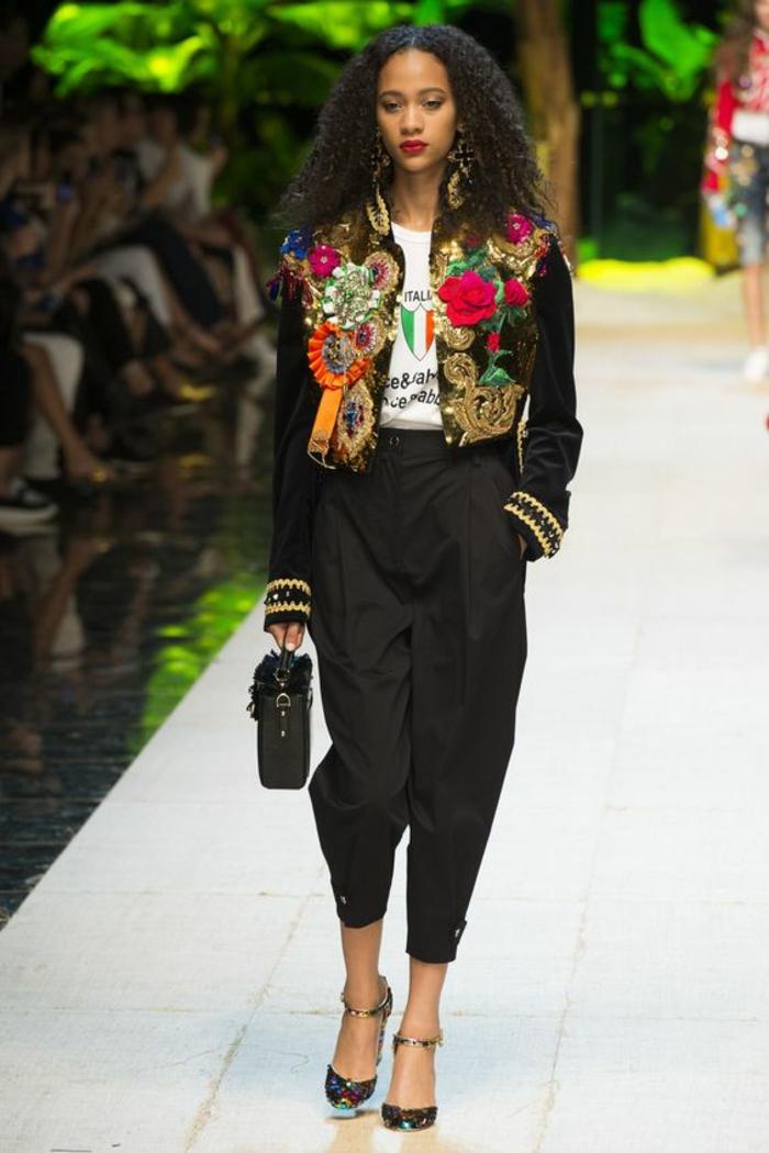 veste noire femme aux fleurs appliquées et aux ourlets des manches aux broderies