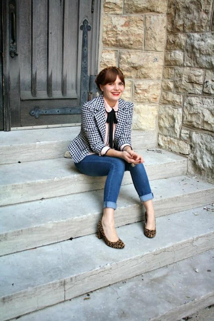 veste-de-tweed-cintrée-chemisier-femme-col-claudine-escarpins-imprimé-léopard-jeans