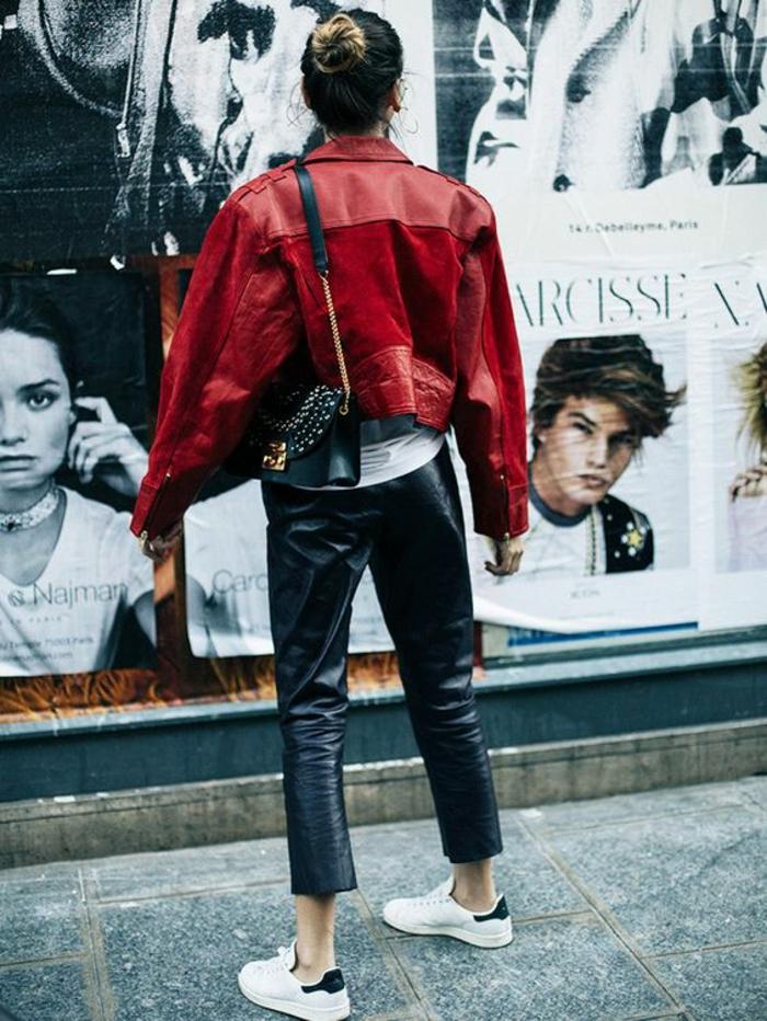 veste-en-cuir-rouge-panatalon-simili-cuir-baskets-blancs