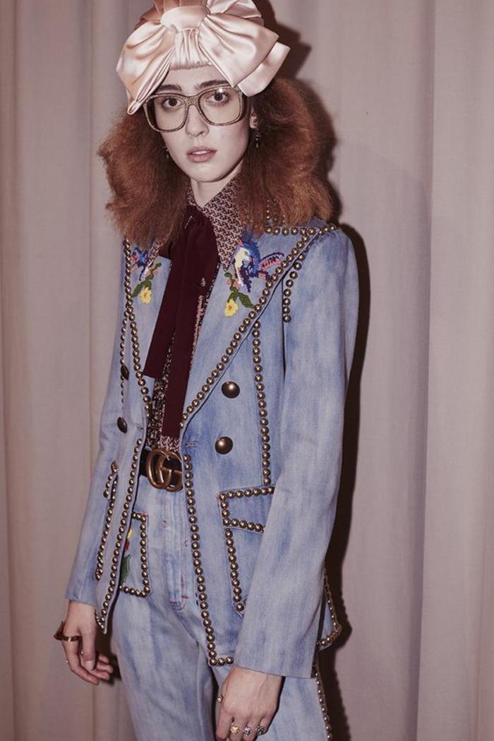 veste d été femme bleue aux éléments décoratifs métalliques