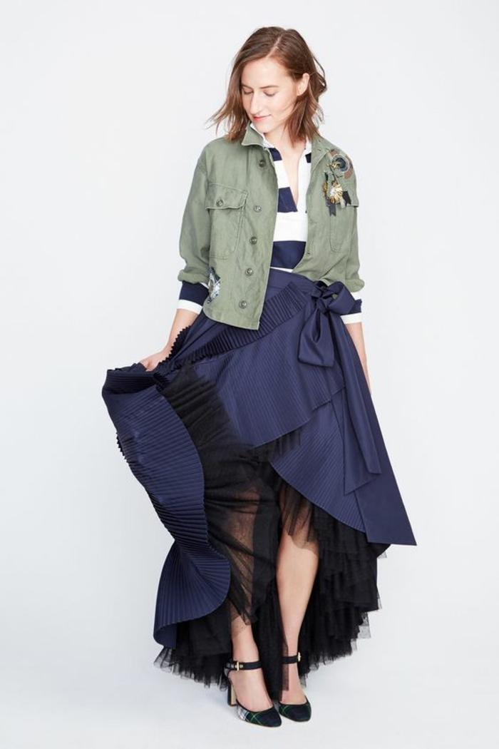 vest femme grise courte avec une jupe longue bleu royal avec tulle en dessous