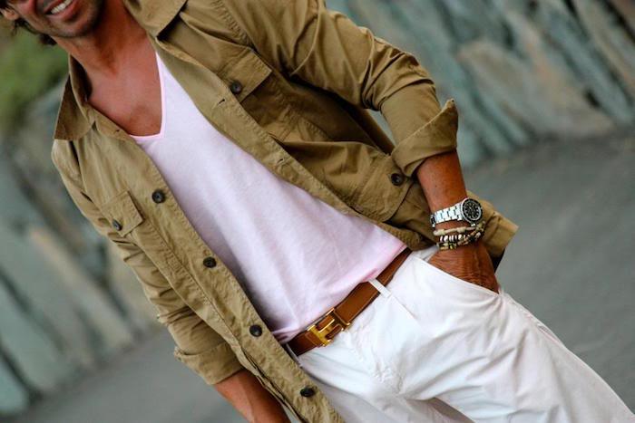 pardessus homme kaki style sur chemise et pantalon chino blanc
