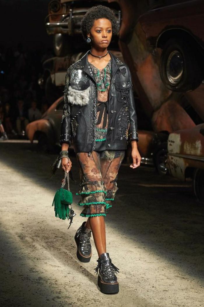 veste été femme noire aux éléments en métal et fourrure synthétique