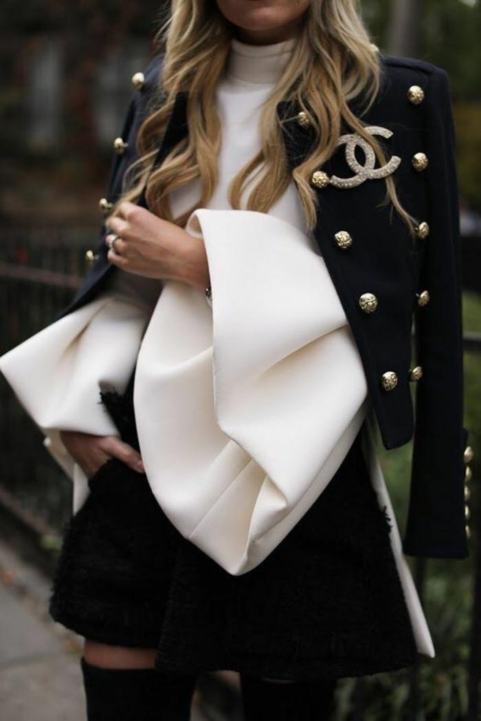 veste noire aux boutons argentés de Chanel courte