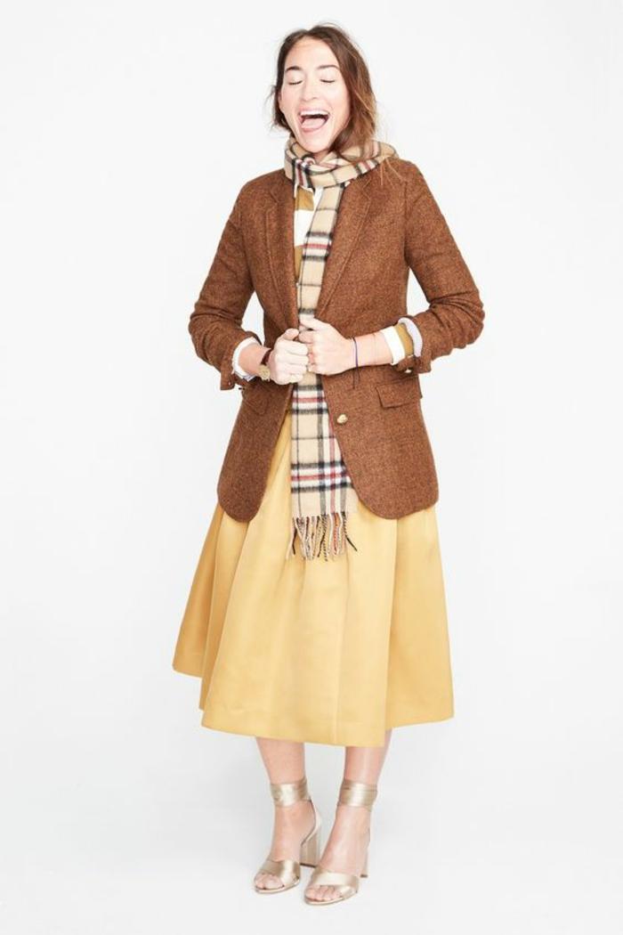 veste femme printemps marron avec jupe jaune clair