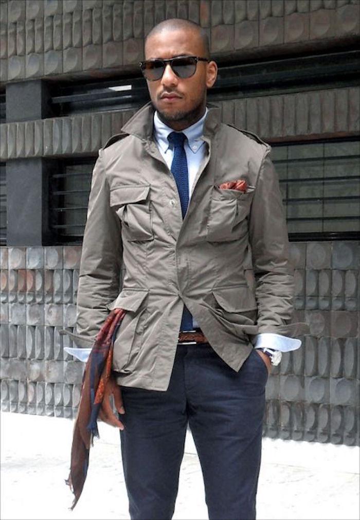 veste homme saharienne grise sur chino bleu marine