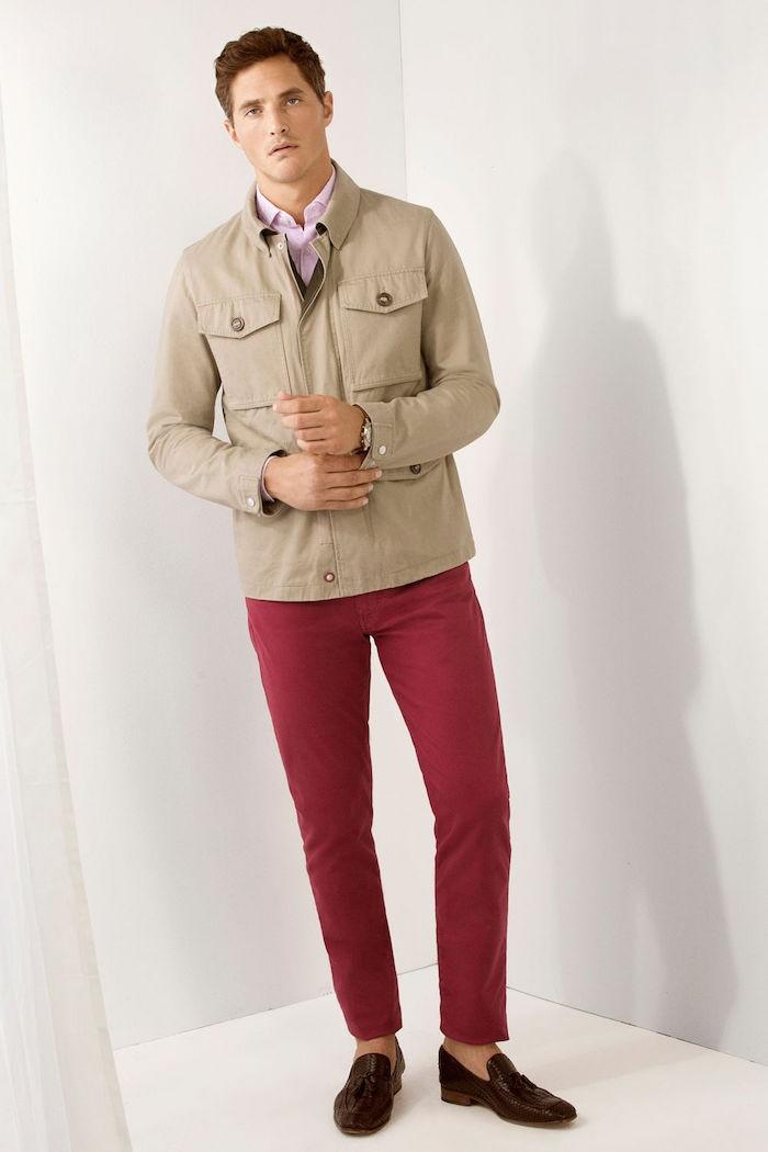 veste légère nylon beige sur pantalon rouge bordeaux