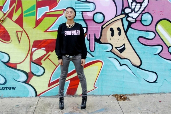 tenue swag, paire de jeans gris, sweat noir, Beyoncé, bonnet noir, collier en or